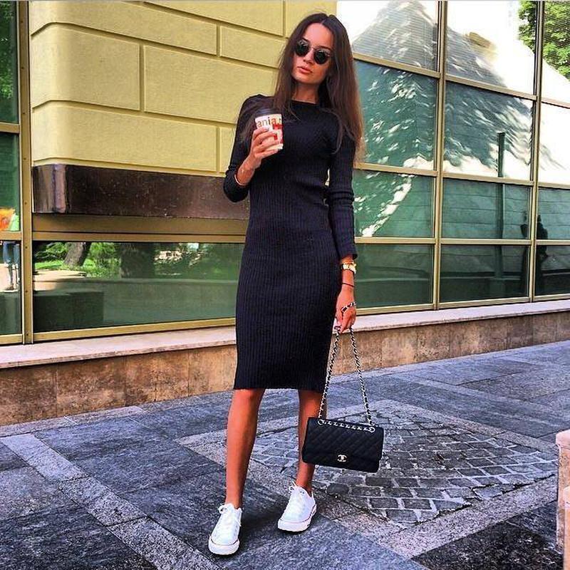 Черное трикотажное платье ниже колена