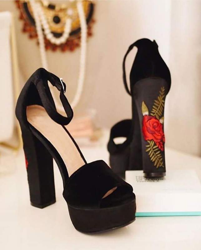 Туфли с вышивкой на каблуке