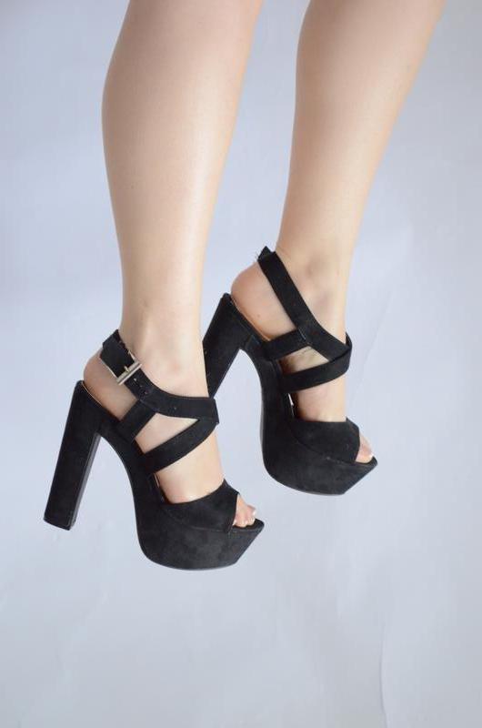 Черные босоножки на каблуке