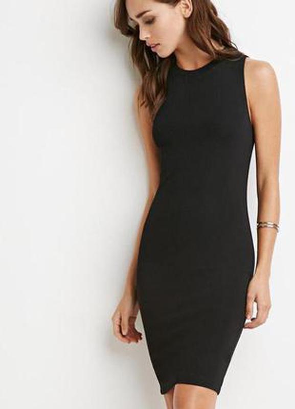 Черное платье без рукавов с горлом