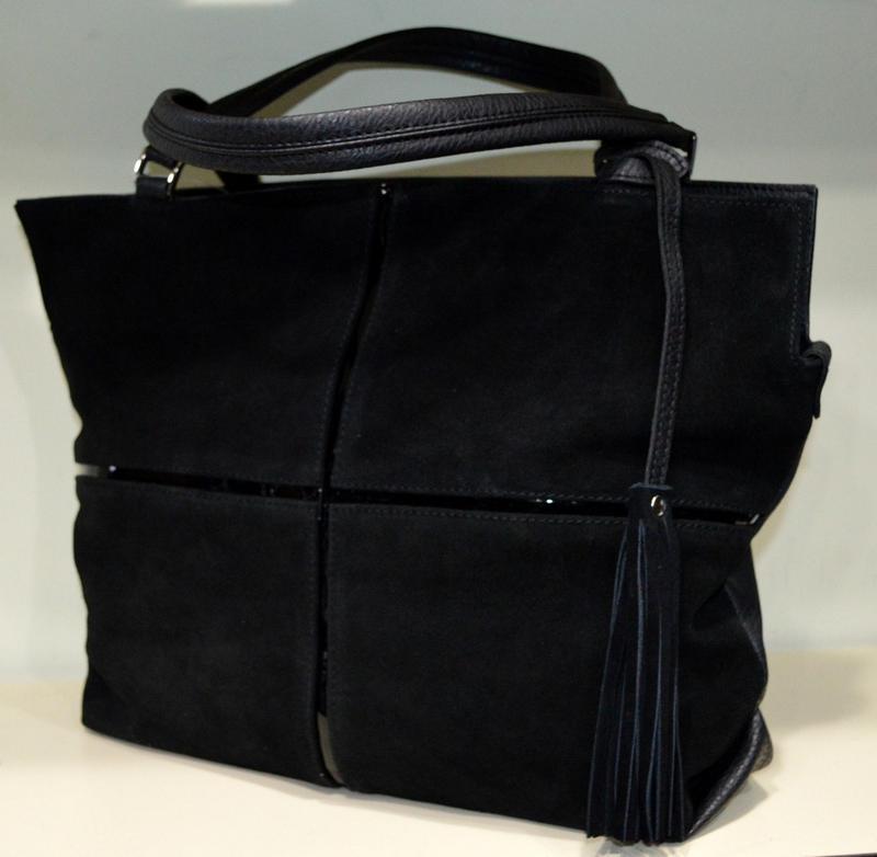 Большая черная замшевая сумка через плече. помещается формат а41 ... b407562fbd2