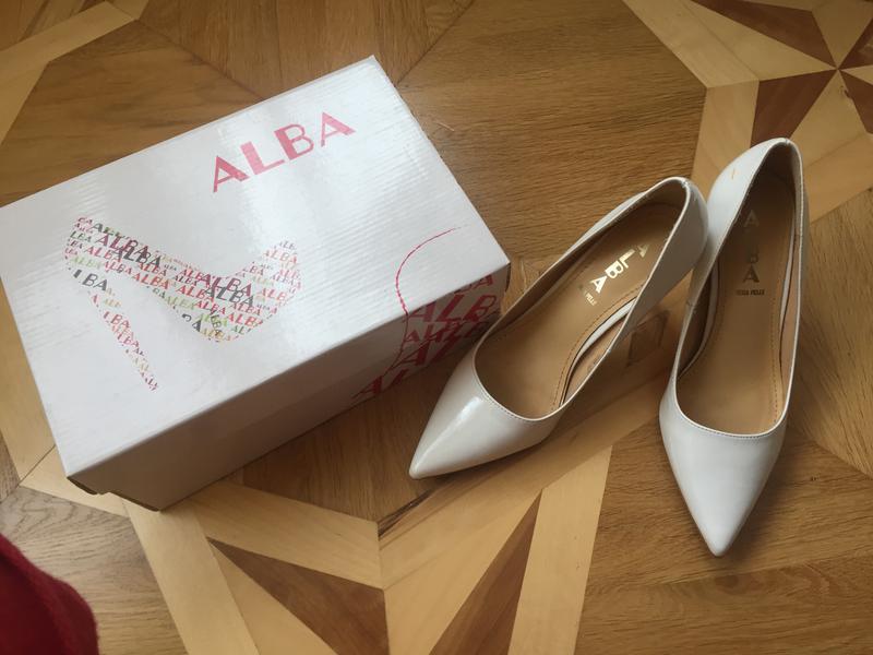 274104e0b Стильные белые лакированные свадебные туфли лодочки Alba Moda, цена ...