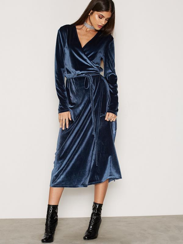 b93df050afb1ee5 Вечернее коктельное, бархатное платье на запах Vila Clothes, цена ...