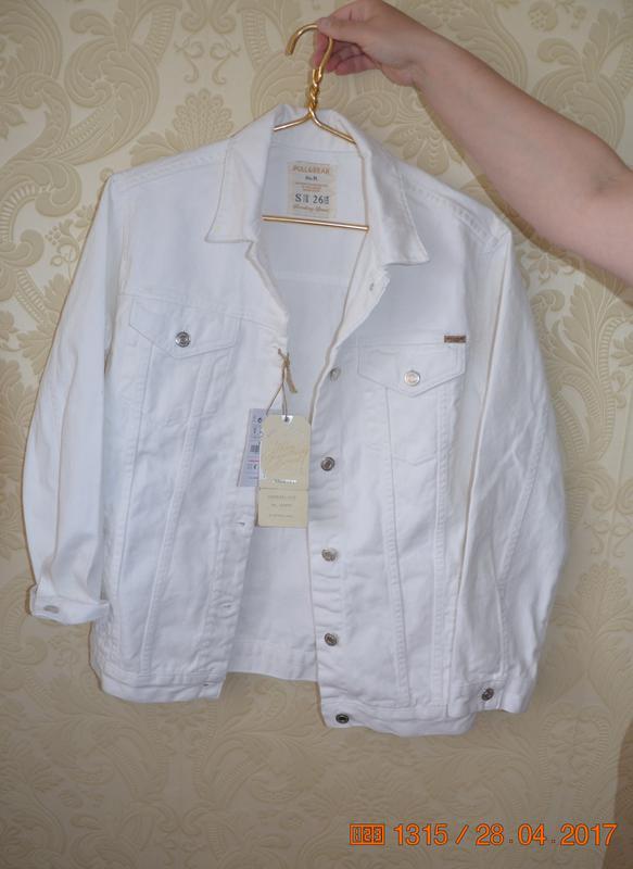 12691c11e29 Джинсовая белая куртка pull   bear размер s Pull Bear