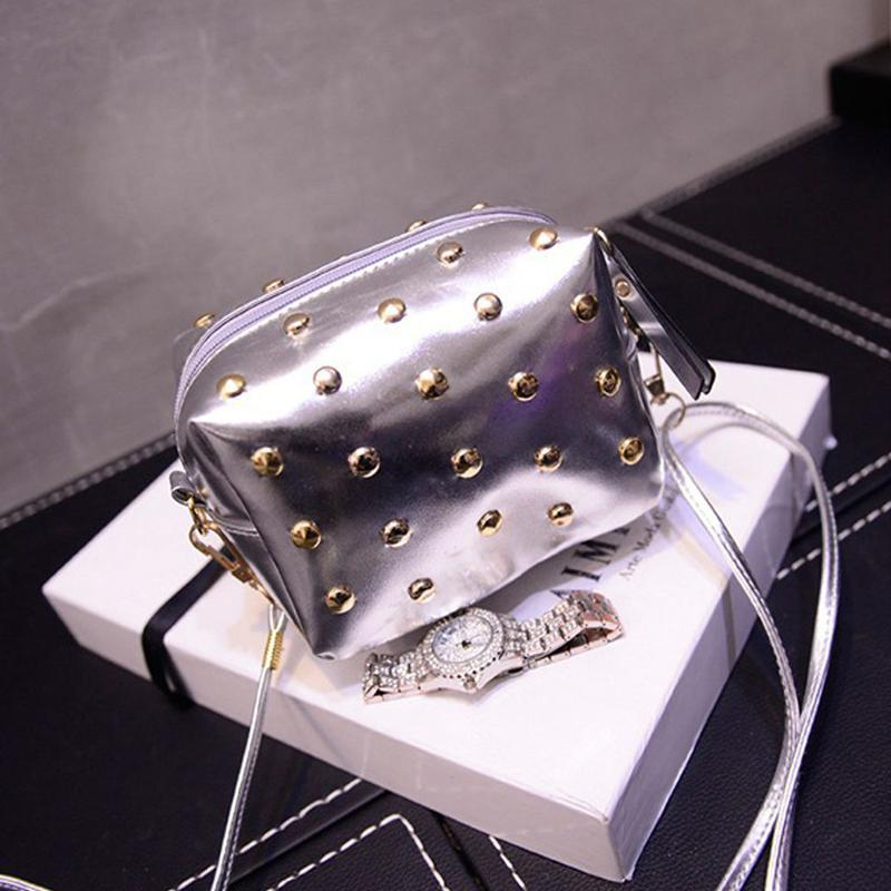 ef8ac84212a2 Серебристая сумка кроссбоди\ клатч через плечо с заклепками (шипами) на длинном  ремешке1 ...