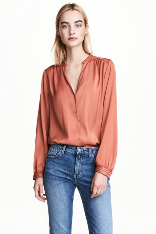 d673b42bbdc Шикарная атласная блуза блузка рубашка на пуговицах c интересными рукавами  h m1 фото ...