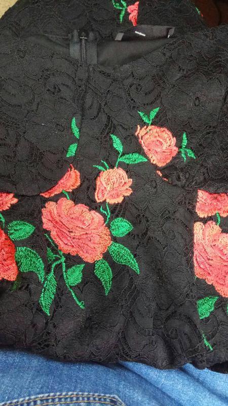 47c06ca9bc90a8 ... Мереживне обтягуюче плаття з вишивкою і відкритимии плечами girls on  film4 фото