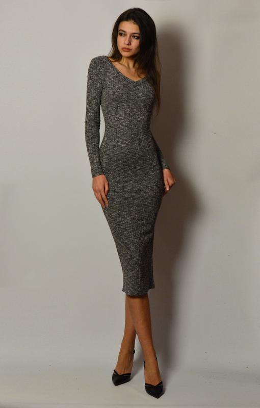 a90eeb5e31b4bab Стильное базовое теплое платье миди по фигуре трикотаж в рубчик серый  меланж1 фото ...