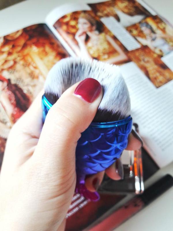 Картинки по запросу Кисть для макияжа Рыбка с колпачком в футляре