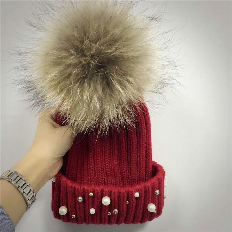 женская теплая вязаная шапка с меховым бубоном помпоном и бусинами