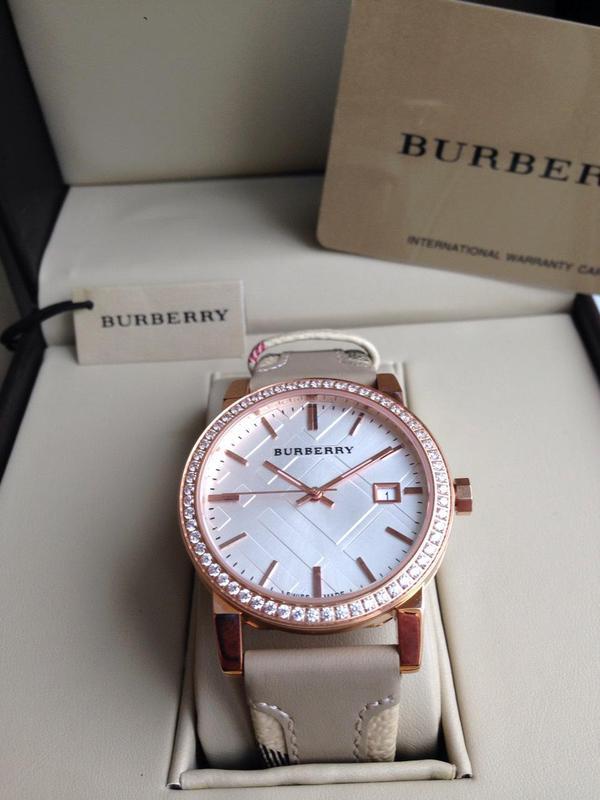Женские наручные часы burberry с декоративными камнями Burberry ... f1e4cd097f1