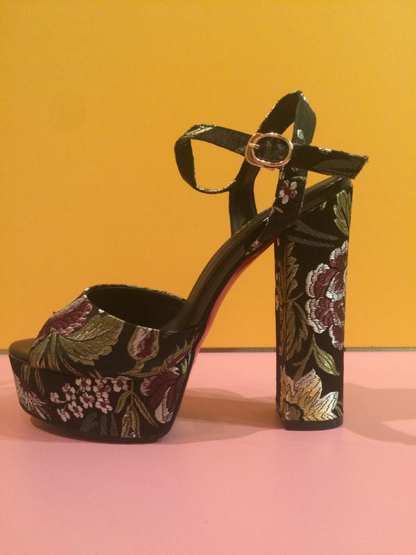 4301279f Черные босоножки на толстом каблуке с вышитыми цветами, цена - 1350 ...