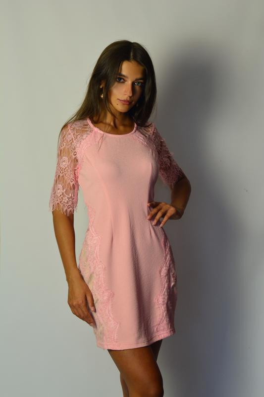 e55fdb45a26 Шикарное розовое платье футляр с вставками с кружева и кружевными рукавами1  фото ...