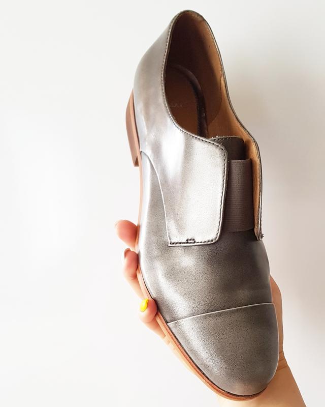 Сіро срібні шкіряні туфлі на низькому каблуку Clarks bb7948fdf2ce4