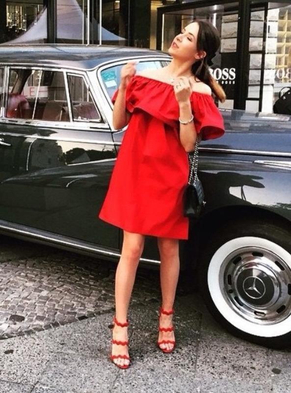 99274222db4 Стильное красное летнее платье с воланом на плечах свободного силуэта1 фото  ...