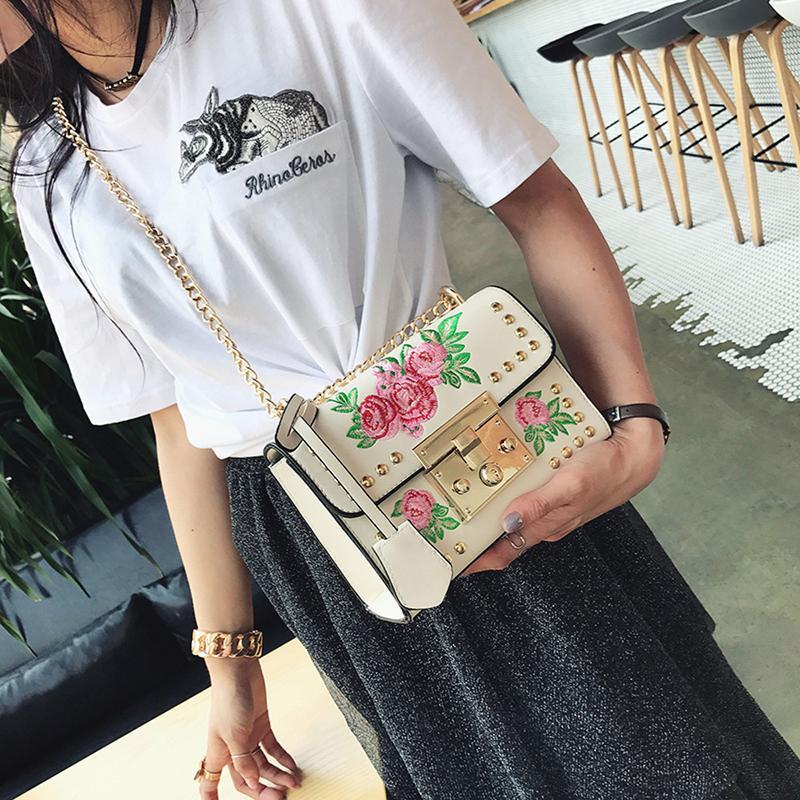 edc99fa90135 Модная и стильная сумочка / клатч с вышивкой /розами / заклепками на  цепочке1 фото ...