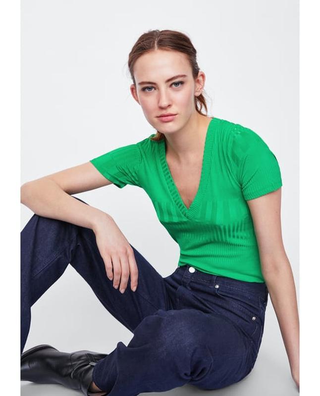 Трэндовая яркая изумрудная зеленая футболка с v-вырезом в мелкий рубчик  carlo colucci1 ... 274a4e3ea1a78