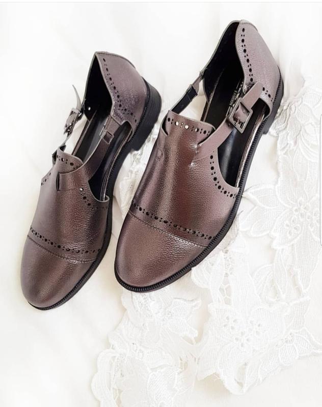 Туфлі на низькому каблуку срібного кольору за 300 грн.  78db419d7f51c