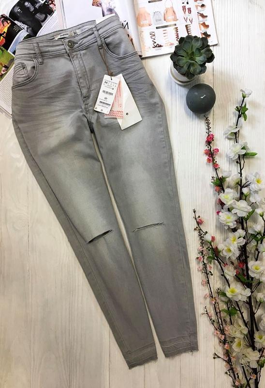 Сірі з рваними колінами джинси від stradivarius Stradivarius 8d3b78ffdc8f4
