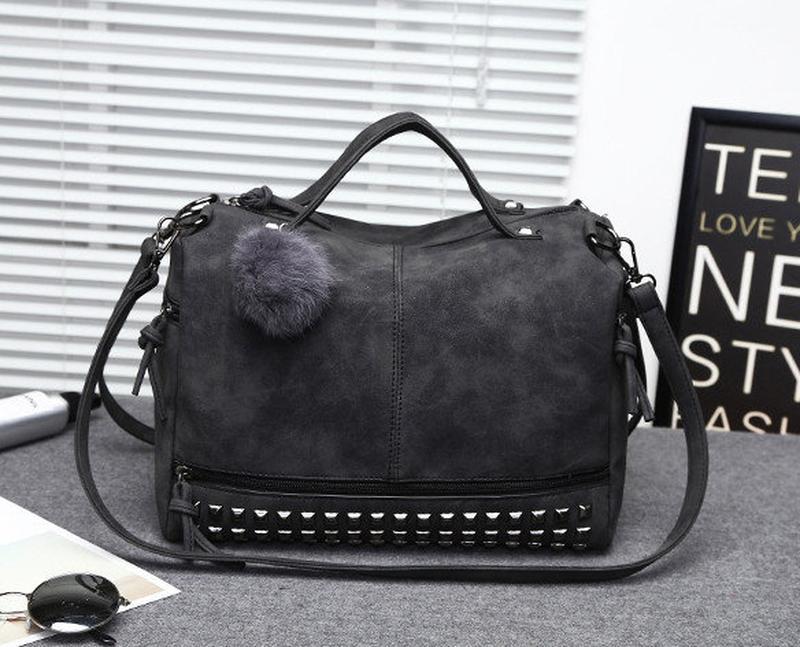 53ede0865a95 Женская вместительная сумка с заклепками и меховым брелком темно серая  (графит)1 ...