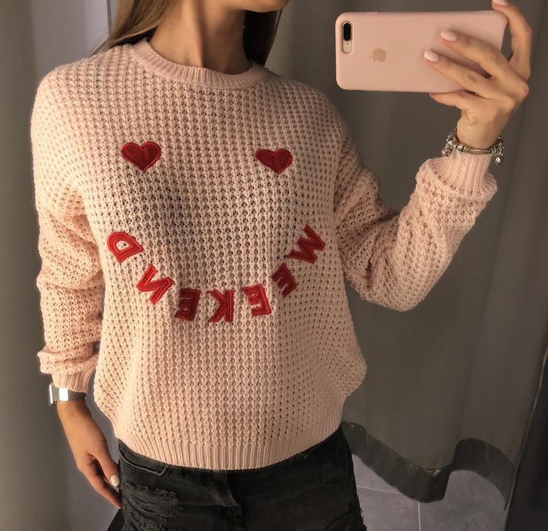 нежно розовый вязаный свитер Amisu свитер с вышивкой пудровый