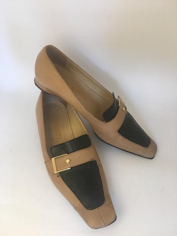 65518e5a6cb2 Оригинал туфли chanel лоферы с пряжками бежевые чёрные Chanel, цена ...