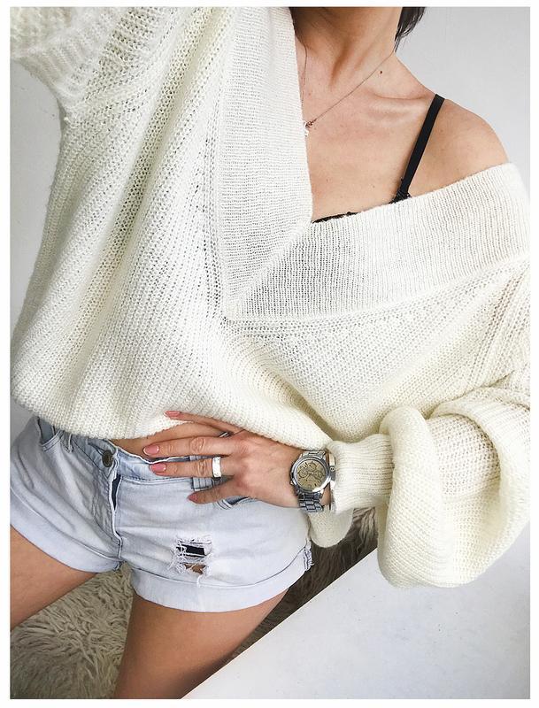 100aaeca70f Объемный кремовый свитер с глубоким вырезом и пышными рукавами от tu1 фото  ...