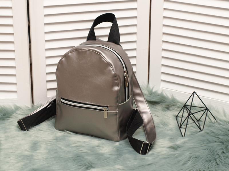 Небольшой удобный рюкзак, серебристый перламутровый кожзам, цена ... 9032825753a