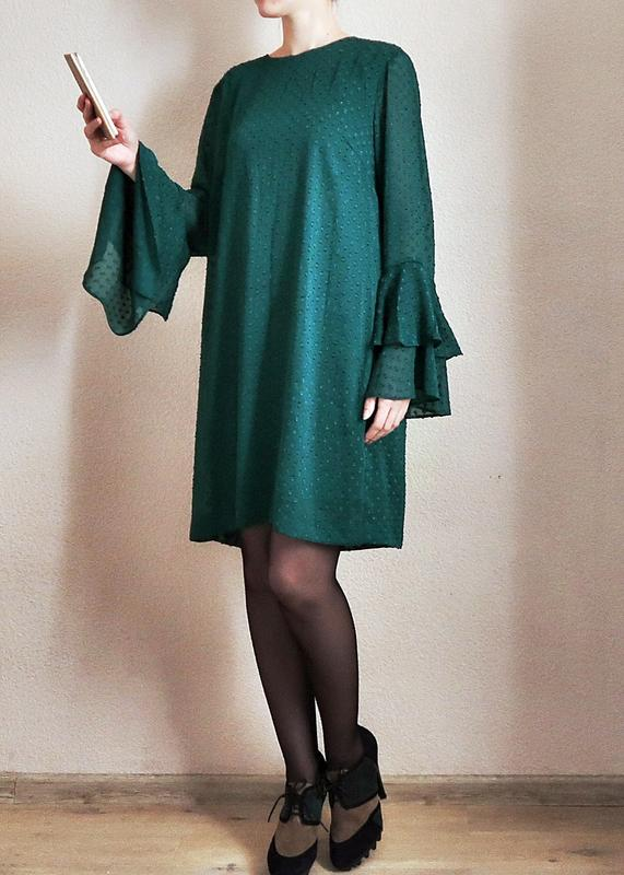 4213946b331 Изумрудное платье прямого кроя с воланами на рукавах1 ...