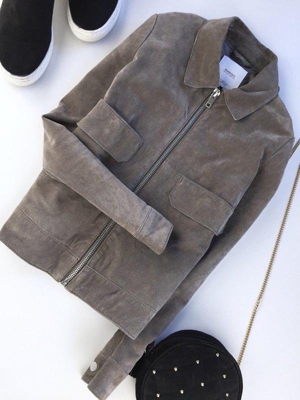 37f130bfd6ad42 Стильная замшевая куртка на молнии с кармашками на заклепках от mango1 фото  ...