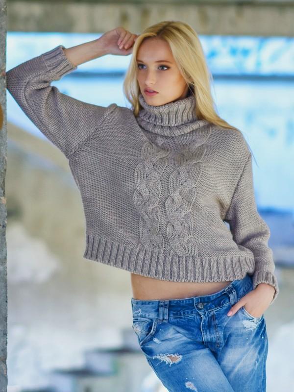 теплый женский укороченый бежевый свитер под горло вязаный косами